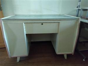 老式写字台,结实耐用,储藏空间大!
