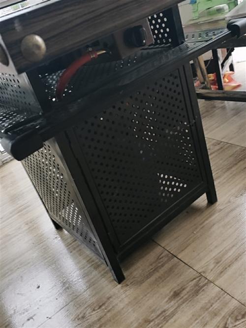 四张串串桌子,八条板凳,四个煤气灶头,两个大砂锅,大处理全拿走
