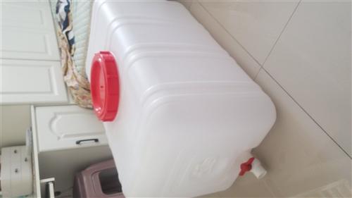 全新的四百斤水桶、一次没用过的。刚买没几天淘宝148买的。有能用上的朋友来取吧!低价出售几十块钱