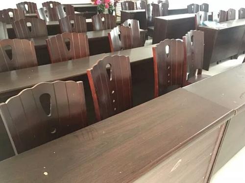 会议桌椅,实木,木纹漆,九成新,共20套,每套一桌两椅,成套出售,量多价格可面议。