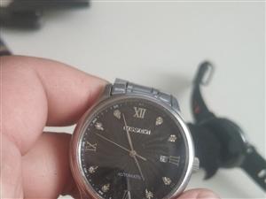 小米智能手表一块,机械表一块,600块一共。有要的请联系我