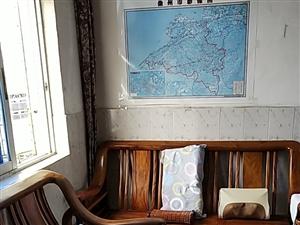 整套海棠木沙发低价出售,一共4个椅子,2个茶几,地址在那大第一人民医院家属楼。
