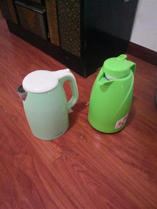 電熱水壺,毛毯,開水瓶,臉盆,桶,棉絮,馬上離開孝感了,這些東西買了一年多點,九成新,便宜出售。