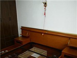 雙人床,1.5米乘1.9米。結實耐用,兩側各有一個小臺子。使用方便,配兩個床頭柜。無床墊。中間有加固...