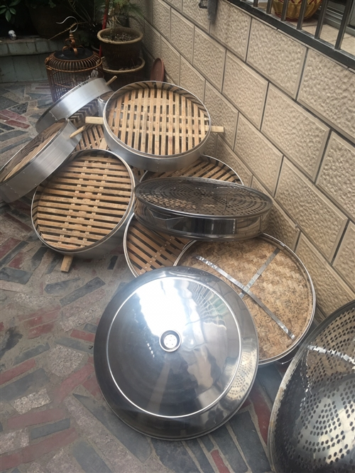 因合作伙伴关系,出一套早餐店设备。竹蒸笼11个尺寸50带2个盖。不锈钢蒸笼5个尺寸54带1个盖。图中...