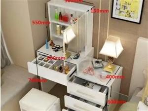 簡約化妝臺,鏡子是向右開的,規格是80的,很實用的一款。原價500元,現半價出售。同城自提,外地可發...