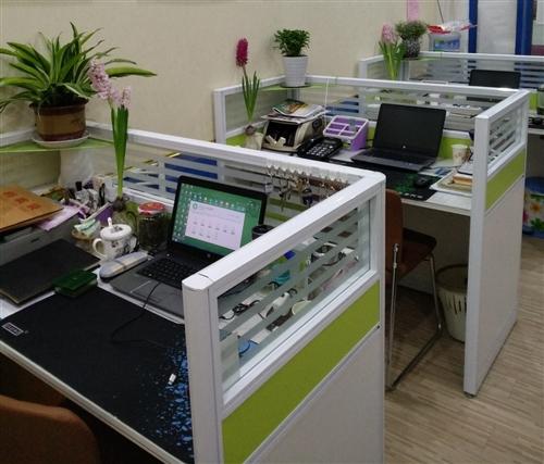 出售:一字型带柜单人办公桌,无椅子,刚买几个月基本未用,共三张/每张400元(自提非诚勿扰)。