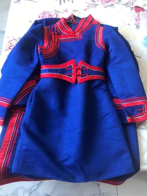 情侶短款蒙古袍,只穿過一次,手工縫制工藝特別好,女xl男xxl號的,因本人體重增加無緣再穿[呲牙]折...