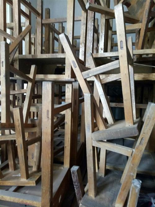 非常廉价!处理木制课桌,凳子40套,价格面议,非诚勿扰!