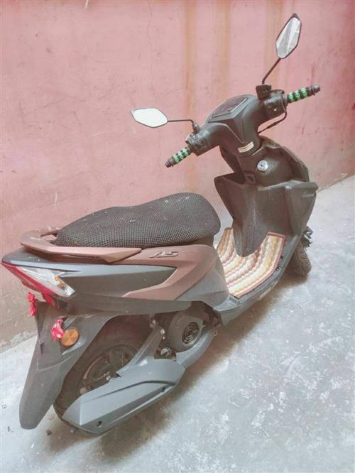 摩托车九九成新的,四百公里左右,有需要的朋友可以打电话联系!!!价格可以优惠,欲购从速!!!