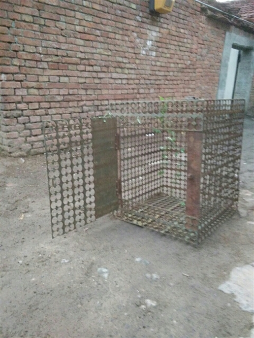 出售闲着的狗笼子2个,高77厘米,宽64见方铁铜复合板下脚料焊接而成。结实耐用有意者联系157328...