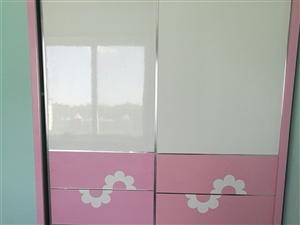 旧衣柜处理 因家里填置大些的衣柜,这个衣柜特价处理,衣柜门稍微有点翘,但可以使用,其它地方都很新,尺...