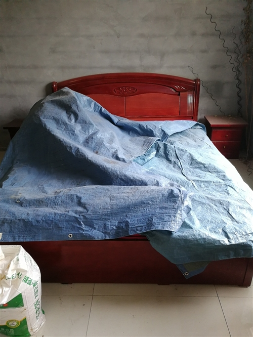 1.8 2.2床一张,有床垫子,两个床头柜。