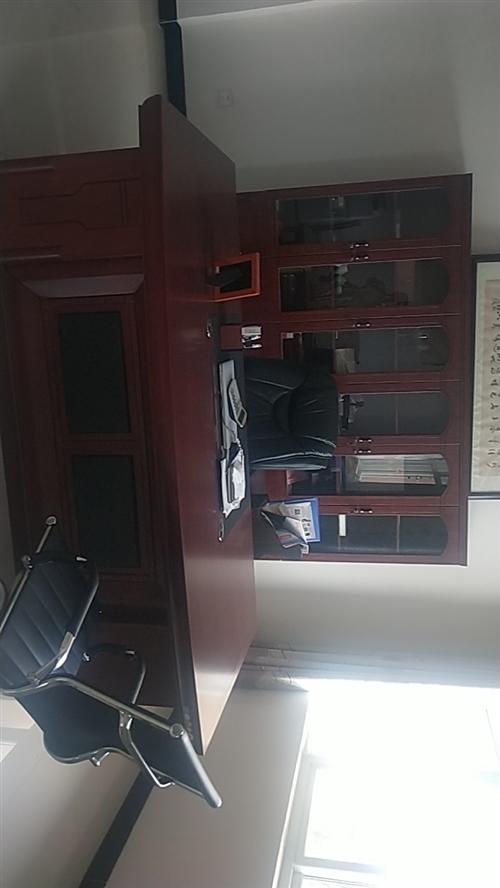 實木豪華老板桌椅,現代簡約風辦公桌,帶旋轉皮椅。另有會議桌,四座業務辦公桌。18979823693