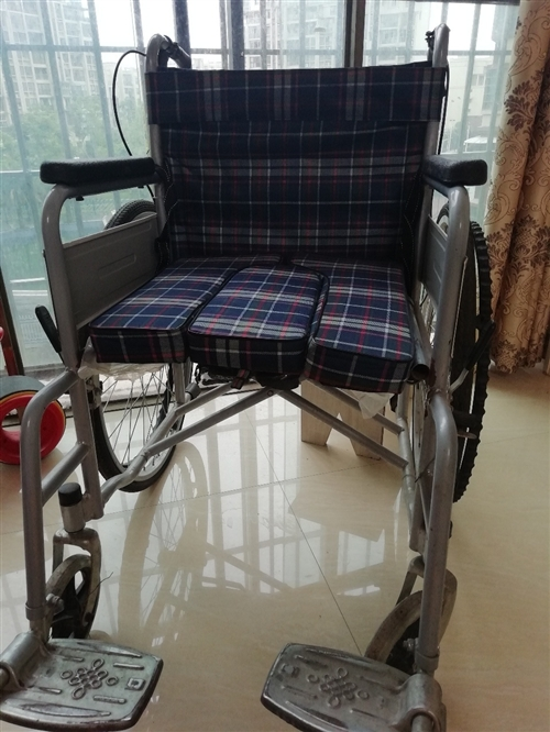 轮椅一辆,八成新。有需要的联系我15982601707