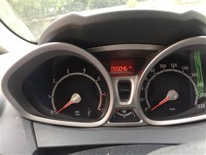 福特嘉年華 高配,自動擋,帶天窗,尾燈,大燈,排氣筒改裝過,腳墊全包圍和座套剛換的新的。11年的車,...