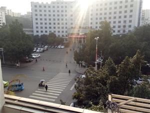 城中心位置党政大楼对面三楼三室双阳台