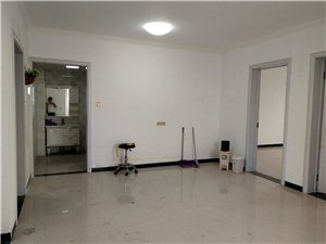 新百三室原先是做美容3室 1厅 1卫1350元/月