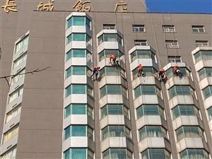 郑州【专业】玻璃幕墙清洗公司  保险?#25163;?#40784;全