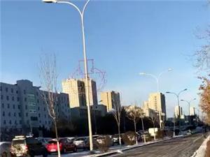 中华西路由东向西民族中学门前堵车大家注意避让