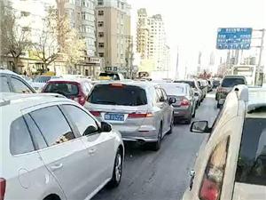 北大街严重堵车,车友绕行