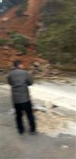 【网友爆料】郁山特大桥附近发生塌方,提醒过往车辆绕道行驶,请相互转告(现场视频)