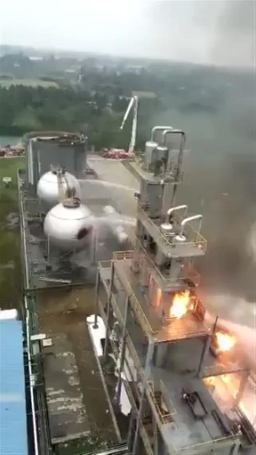 爆炸的威力太大了,比部队的导弹发射还厉害啊!