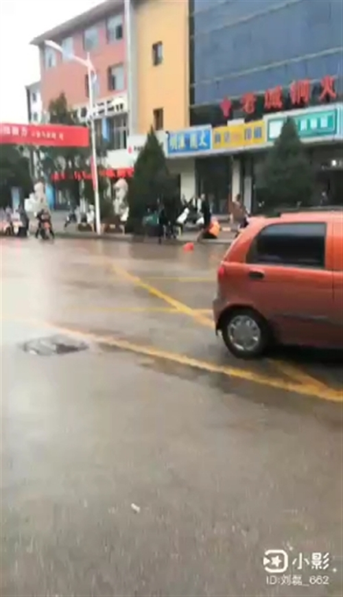 【曝光台】兴县蓝盾门口殴打环卫工,原因为何?有这么深的仇吗?