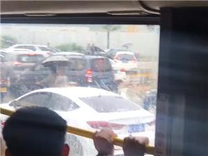 斗�T暴雨,道路水浸,出�油宪�解救��v