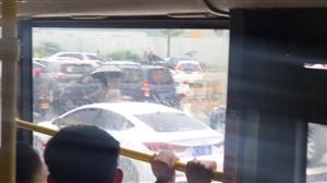 斗门暴雨,道路水浸,出动拖车解救车辆