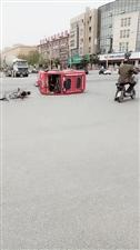 商业路西头:电三轮和电车撞了