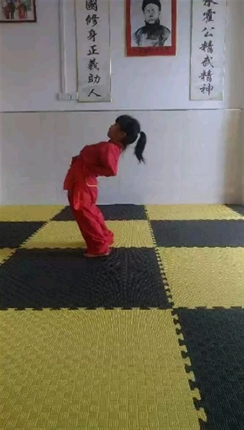 洪仁武术馆学员下腰练习,腰力很好!
