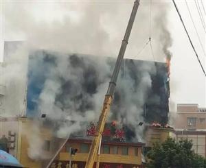【突发】夹江新车站对面潇湘楼发生火灾,浓烟滚滚!