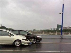 【茂名新闻】永久桥上一辆黑色本田小车占道行驶把黄色本田小车相撞