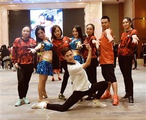 10月28日,李志燕宝莱坞舞演出团队惊艳大德阳首届尊吧派对(图片)