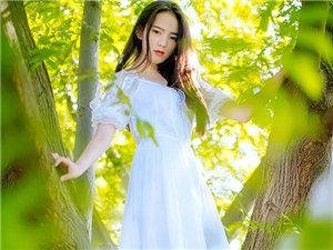白衣红唇清新美女纯美写真