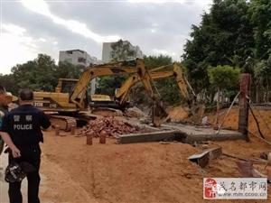 【信宜新闻】教育城初中旁边一处违章建筑被依法强制拆除