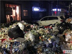 司机将车停垃圾中转站前 惨遭垃圾包围
