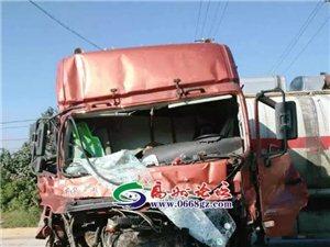 高州金山一大货车疑超载追尾,致三车受损,一车头基本报废