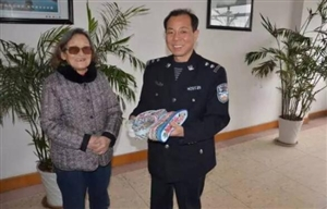 【城事】不是电影!8旬奶奶为新安民警缝制186双暖心鞋垫