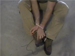 被人用扎带将双手绑住,解开鞋带便能轻松将其割断