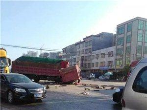 """惨烈,高州石鼓镇江路口两巨车相撞,泥头车""""断头""""变废铁!"""