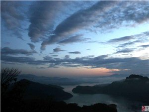 张公山晨雾