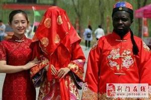 非洲黑人小伙娶中国姑娘,一部劳斯莱斯就征服了女方家