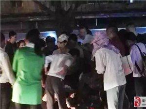 澳门网上投注平台河南路段昨晚发生车祸,面包车与环卫三轮车相撞