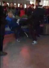 九台火车站一年轻男子对老人拳脚相加