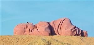 大型户外雕塑《大地之子》在瓜州落地