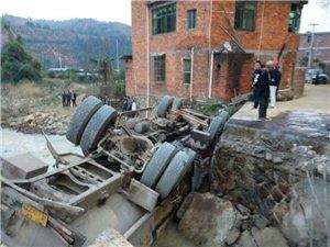 寻乌水源太湖水库附近一小桥坍塌,过往车辆注意绕行哦!