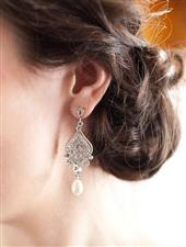 搭配珍珠耳环;教你做优雅新娘