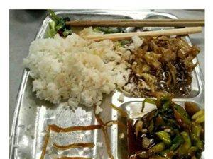 """食堂饭菜太咸,学生用粉条摆出""""咸""""字"""